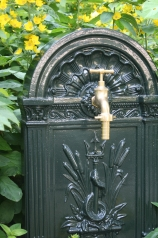 Standbrunnen mit Messinghahn