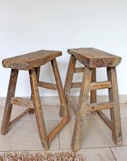 Ein Paar alte Holzhocker