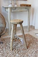 Ein antiker, runder Holzhocker