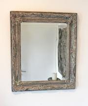 Ein alter Spiegel, farbig gefasst