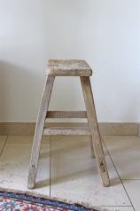 Ein alter, heller Holzhocker, * 169,- *