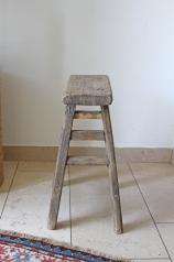 Ein alter, heller Holzhocker, * 159,- *