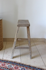 Ein alter, heller Holzhocker, * 179,- *