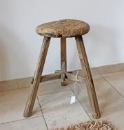 Ein alter, runder Holzhocker