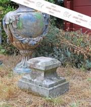 Ein altes Postament, Stein
