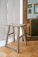 Ein antiker Hocker aus Holz, * € 179,. *