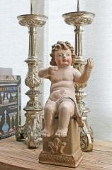Ein antiker, geschnitzter Engel