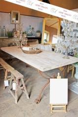 Ein großer Landhaustisch mit Eisengestell