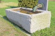 Ein großes Brunnenbecken