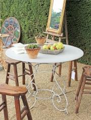 Ein runder Garten-Tisch aus Eisen