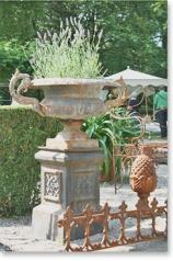 Garten - Henkelvase auf Sockel, * € 419,- *