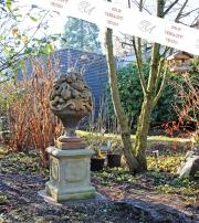 Gartenobjekt, großer Fruchtkorb auf Sockel, Steinguss