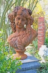 Gartenskulptur, Mädchen mit Trauben, * € 450,- *
